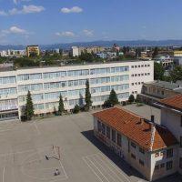 Почистването на сградата и двора на училището